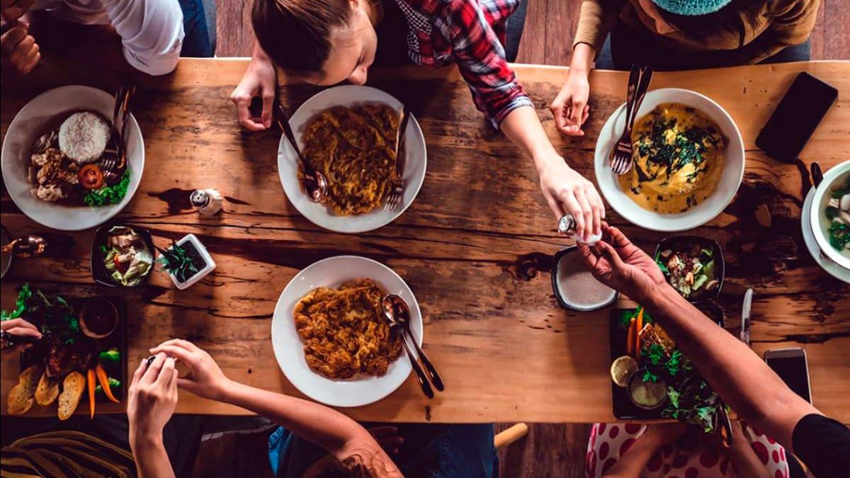 mangiare con gli altri