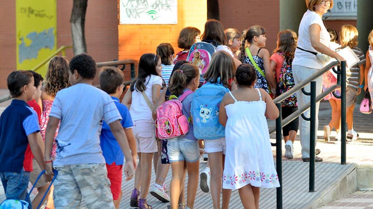 molti bambini entrino a scuola